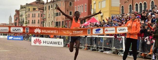 Il vetro di Murano taglia il traguardo della Venicemarathon 2018